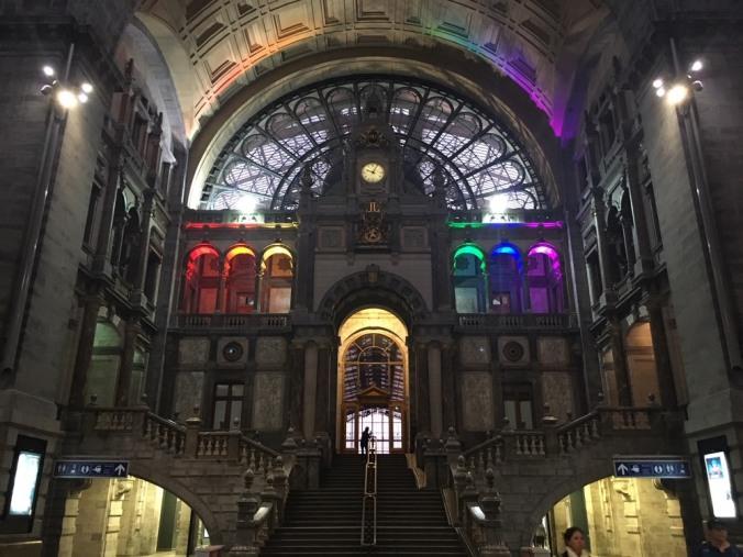 Antwerpen-Centraal_regenboog