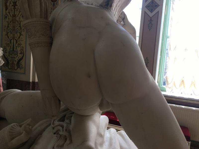 SaintPetersburg_nudity_bum_zoom