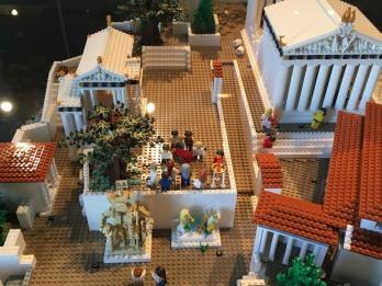 Lego_Acropolis_tourists
