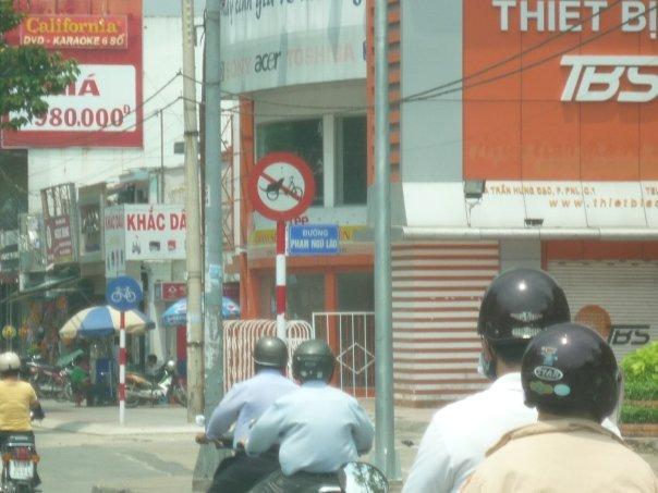 Vietnam_Hanoi_motorcycles