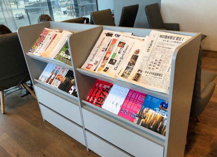 Austrian_Airlines_Business_Lounge_Vienna_Airport_books