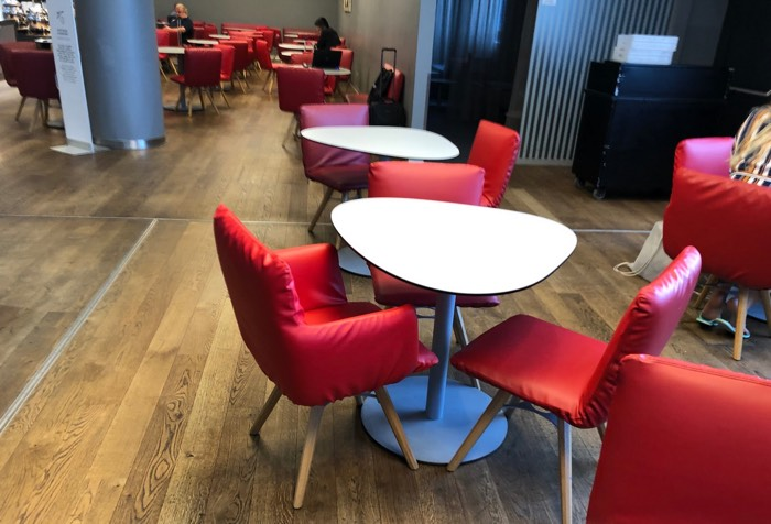 Austrian_Airlines_Business_Lounge_Vienna_Airport_red