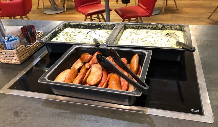 Austrian_Airlines_Business_Lounge_Vienna_Airport_sausages